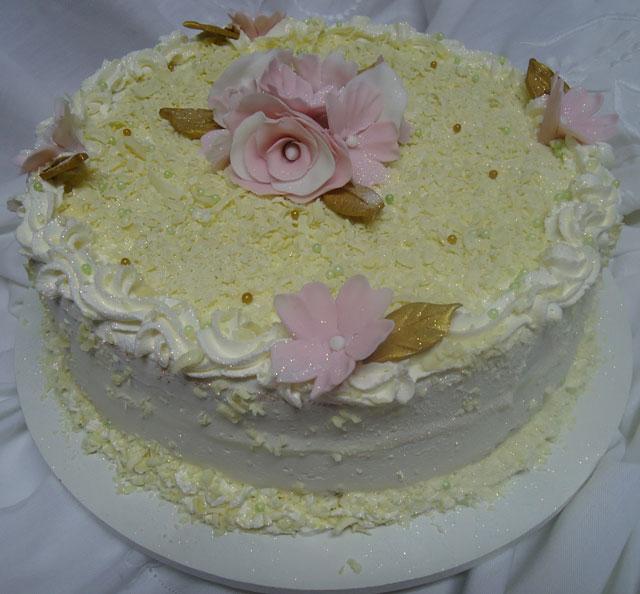 Bolo Branco Decorado com Flores de Pasta Americana