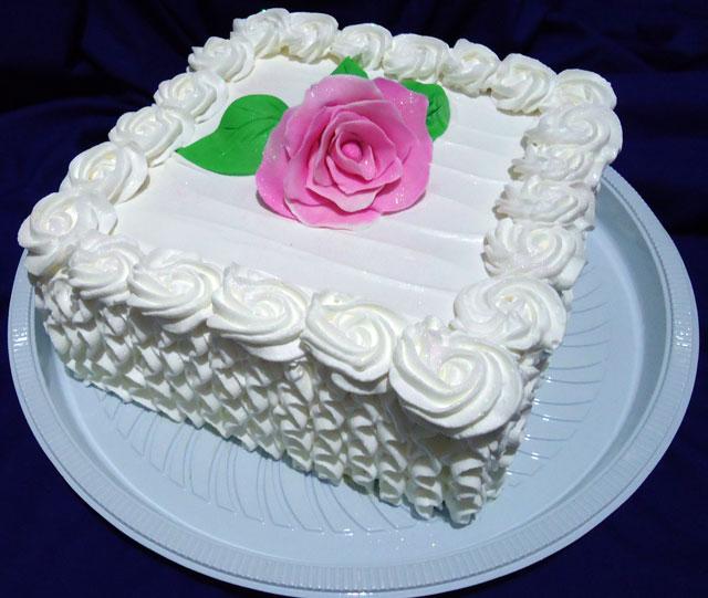 Bolo Branco Decorado com Chantilly e Flores de Pasta Americana