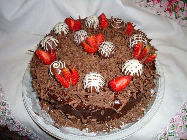 Bolo de Chocolate Decorado com Morangos e Trufas