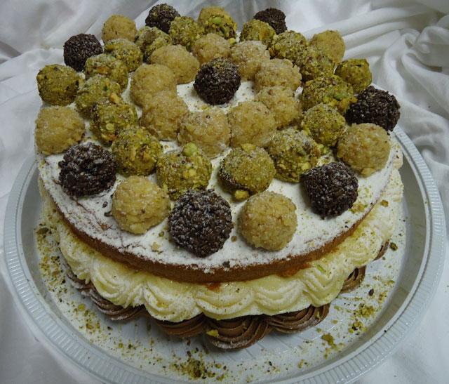 Bolo Naked Cake Decorado com Brigadeiros Gourmet